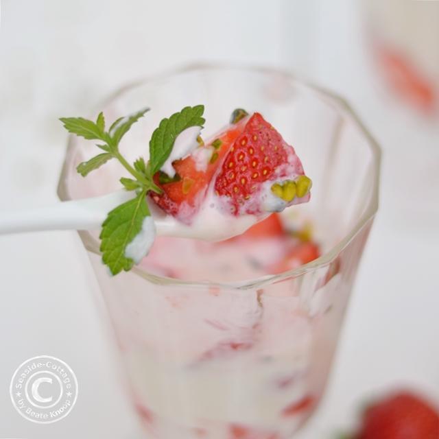veganes Erdbeerdessert auf Mandelbasis