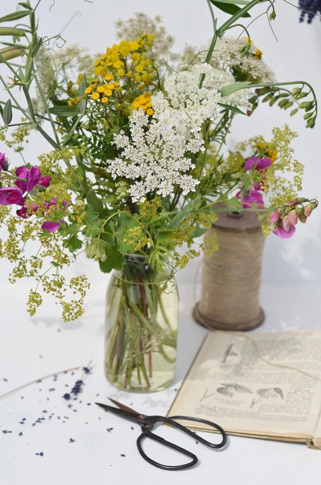 natürliche Tischdeko aus Wiesenblumen